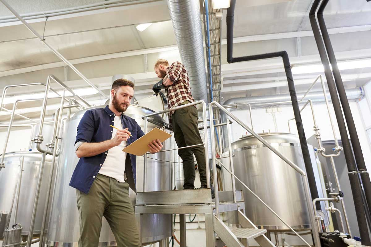 Men With Clipboard At Brewery Or Beer Plant Pqfywt7